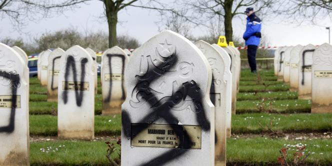 Le 6 avril 2008, des inscriptions nazies, antisémites et islamophobes avaient été découvertes dans le cimetière Notre-Dame-de-Lorette à Ablain-Saint-Nazaire (Pas-de-Calais).