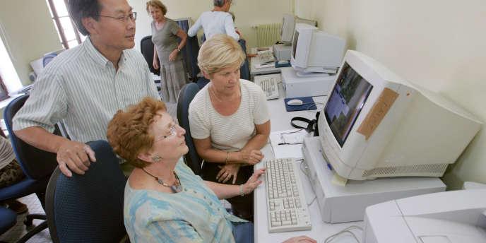 Des personnes participent à un atelier de formation internet, à Paris.