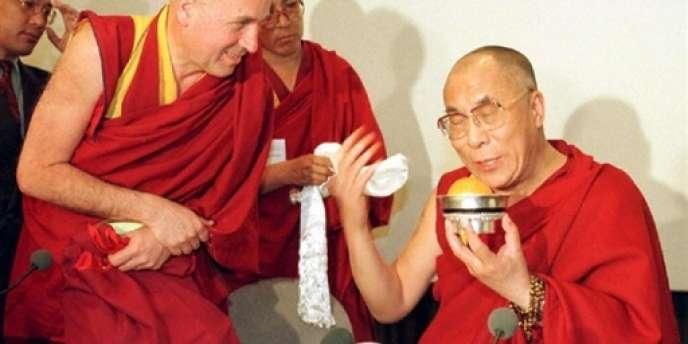 Matthieu Ricard (à gauche) et le dalaï-lama, le 17 avril 1997, avant sa conférence de presse au Mémorial de la paix de Caen.