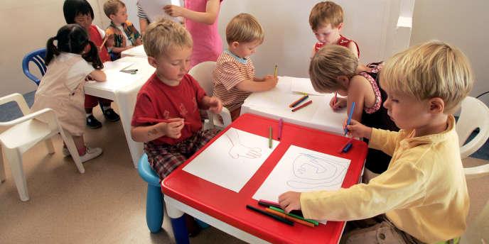Des élèves de la première maternelle en langue bretonne de Paris le jour de la rentrée des classes en 2004.