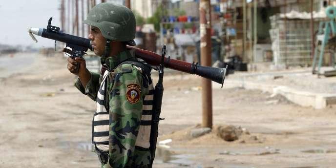 Un soldat irakien porte un lance-grenades, le 12 avril 2008, à Basra.