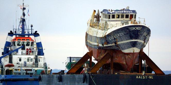 L'épave du chalutier breton «Bugaled-Breizh», sur une barge tirée par un remorqueur, en direction du port de Brest, le13juillet2004.