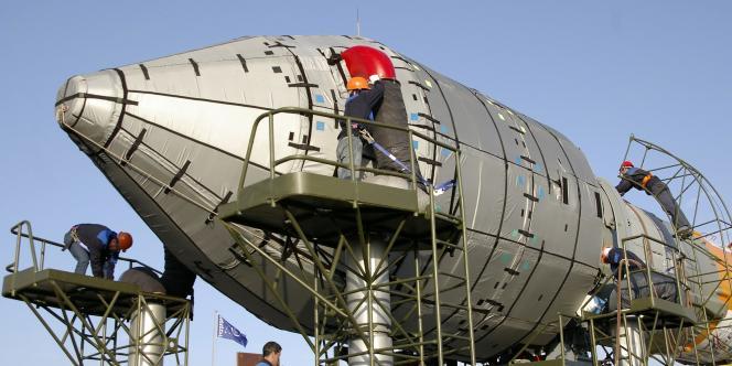 Sur la base de Baïkonour, des ouvriers préparent le lancement d'un satellite du système Galileo, mercredi 23 avril.