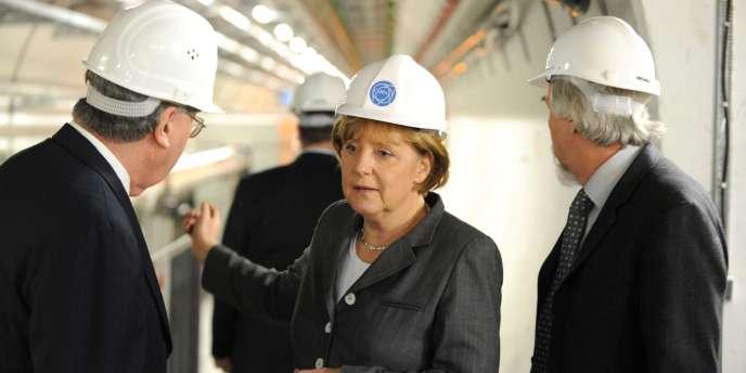 Angela Merkel, lors d'une visite au Centre européen de la recherche nucléaire, à Genève (Suisse), en avril 2008.