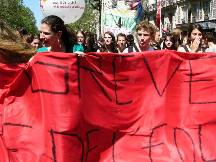 Manifestation de lycéens à Paris, le 6 mai, contre la suppression de postes dans l'Education nationale.