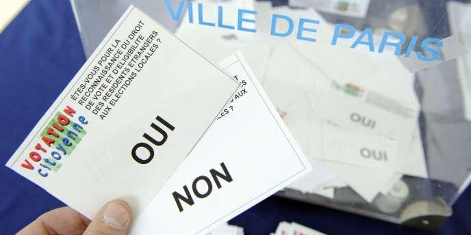 Des bulletins de vote lors du référendum organisé par le collectif
