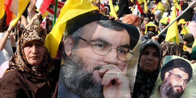 Des femmes chiites brandissent des portraits du chef du Hezbollah, Hassan Nasrallah, lors d'un rassemblement à Beyrouth destiné à célébrer le huitième anniversaire du retrait israélien du Sud-Liban, lundi 26 mai 2008.