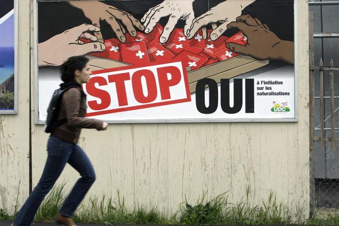 Une affiche de campagne de l'UDC appelant à durcir les conditions de naturalisation en Suisse.