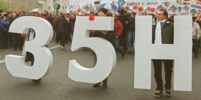 Le 24 novembre 1999 à Paris, manifestation de cadres pour le décompte horaire de leur temps de travail dans le cadre de la loi sur les 35 heures.