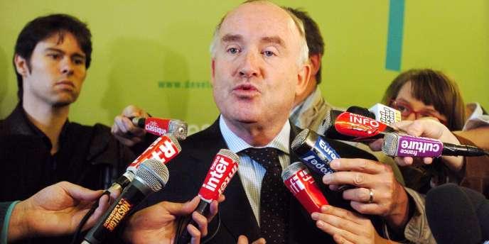 L'ex secrétaire d'Etat chargé des transports et ministre de l'agriculture Dominique Bussereau répond aux journalistes, le 5 juin 2008 à Paris.