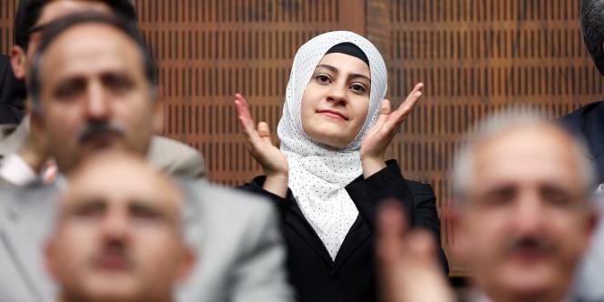 Applaudissement après le discours du premier ministre turc, Tayyip Erdogan, au Parlement d'Ankara en 2008, qui serait contre la loi interdisant le port du voile dans les universités.