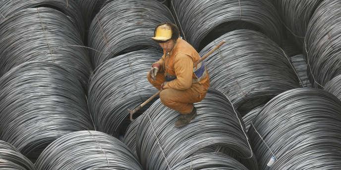 Des réserves d'acier dans le port chinois de Yingkou (nord-est), en mars 2008.