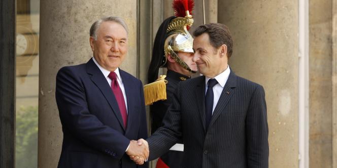 Le président kazakh Noursoultan Nazarbaev (à gauche) et le président français Nicolas Sarkozy à l'Elysée à Paris, le 11 juin 2008.