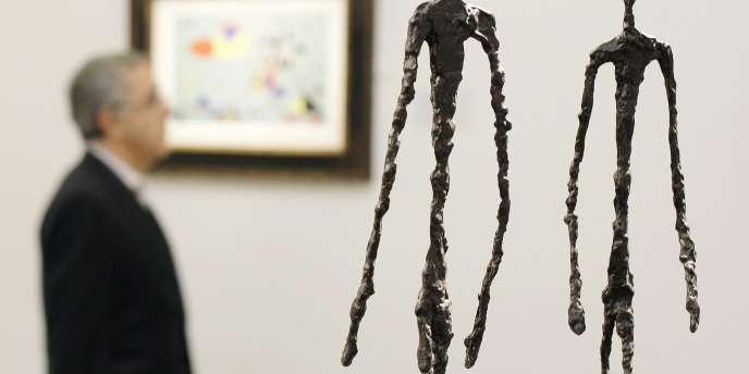 Exposition d'une sculpture de l'artiste suisse Alberto Giacometti, nommée