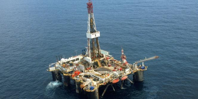Le démantèlement des immenses plateformes offshore est un casse-tête pour l'industrie pétrolière, notamment en raison des contraintes environnementales entourant ces opérations.