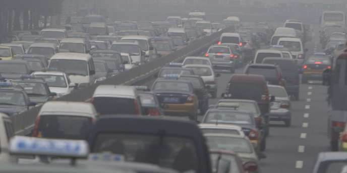 Pollution sur une autoroute à Pékin. Le trafic automobile contribue à accroître la concentration d'ozone.