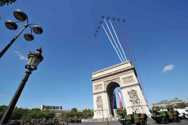 Neuf Alphajet de la Patrouille de France au-dessus de l'arc de Triomphe, à Paris, lundi 14 juillet.