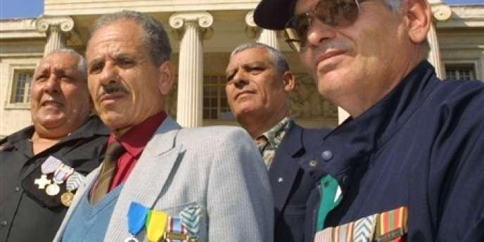 Des harkis arborant leurs médailles militaires à Marseille en septembre 2001.