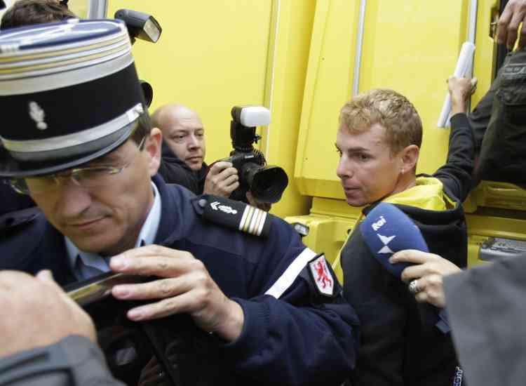 Riccardo Ricco emmené par la police après l'annonce de son contrôle positif à l'EPO, jeudi 17 juillet.