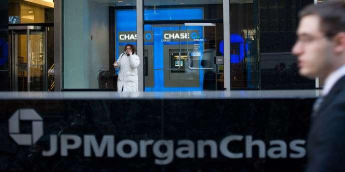 Une surtaxe supplémentaire doit aussi s'appliquer aux grandes banques — comme JPMorgan Chase — dont la faillite aurait un impact sur l'ensemble de la finance mondiale.