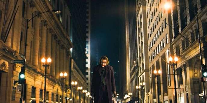Heath Ledger, qui incarne le Joker, contribue au succès du sixième opus de Batman.