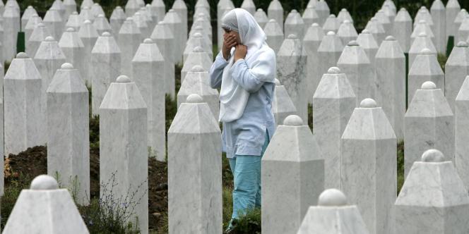 Une parente de victimes se rend au cimetière de Potocari, près de Srebrenica, en Bosnie, mardi 22 juillet 2008.