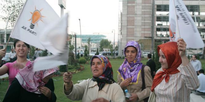 Des femmes turques agitent le drapeau de l'AKP, le 30 juillet 2008.
