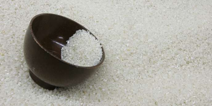 Depuis la récolte de l'automne 2011, le gouvernement de la première ministre Yingluck Shinawatra a commencé à acheter aux paysans le paddy - riz non décortiqué - 50 % au-dessus des prix du marché.