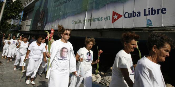 Des femmes de Cubains dissidents emprisonnés manifestent à La Havane en 2007.