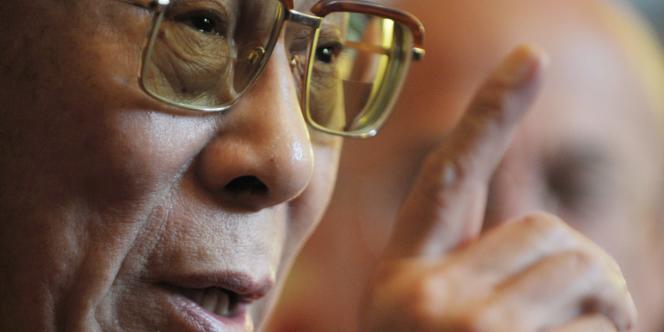 Le dalaï lama, lors de sa rencontre avec les députés et sénateurs français. Il a accusé la Chine de violer la trêve olympique au Tibet.
