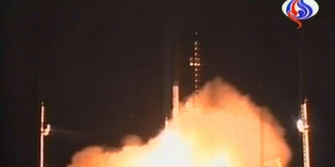 La télévision en langue arabe Al-Alam montre le lancement de la fusée iranienne Safir le 17 août 2008.
