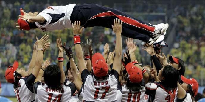 L'équipe féminine japonaise, et son entraineur, lors de leur victoire aux JO de Pékin en 2008.