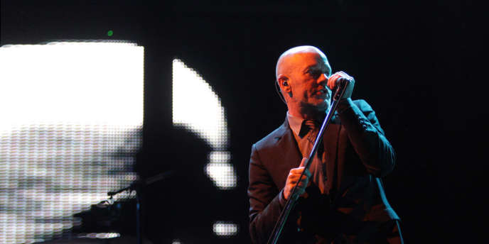 Michael Stipe, chanteur du groupe de rock américain R.E.M., en concert en août 2008 lors du festival Rock En Seine.