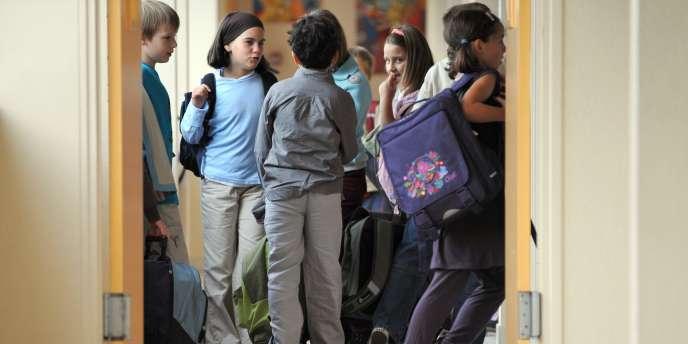 Des élèves de l'école primaire Henri Brunet à Caen s'apprêtent à rejoindre leur classe, le 02 septembre 2008, au premier jour de la rentrée.