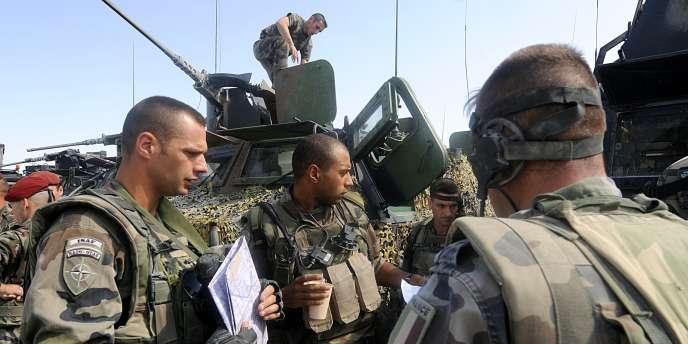 Des soldats français se préparent pour une patrouille, à l'est de Kaboul, le 31 août 2008.