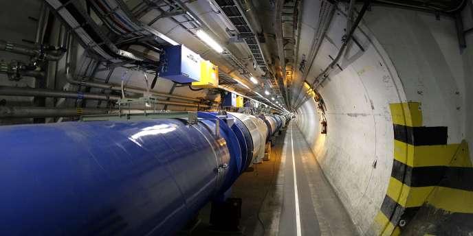 En faisant entrer en collision des faisceaux protons circulant à contresens dans un anneau 27 km de circonférence, le LHC vise à recréer les conditions d'énergie intense des premières fractions de secondes suivant le Big Bang, voici 13,7 milliards d'années.