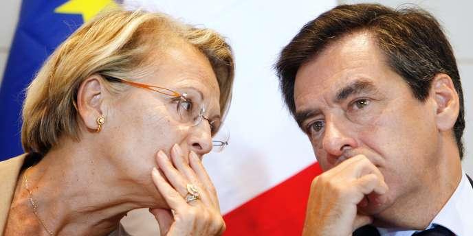 Le premier ministre François Fillon s'entretient avec Michèle Alliot-Marie, alors ministre de l'intérieur.