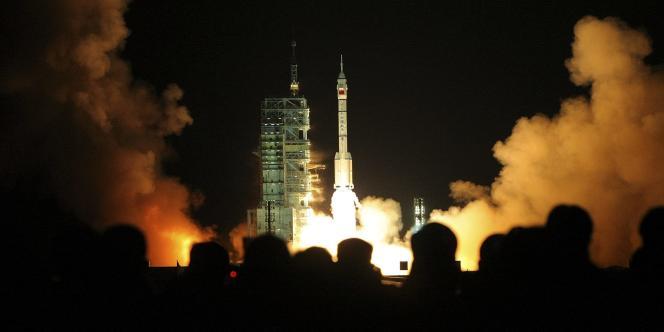 La fusée chinoise Longue Marche 2F s'envole de la base de Jiuquan, le 25 septembre 2008. A son bord, trois taïkonautes, dont un devrait effectuer la première sortie dans l'espace de l'histoire de la Chine.
