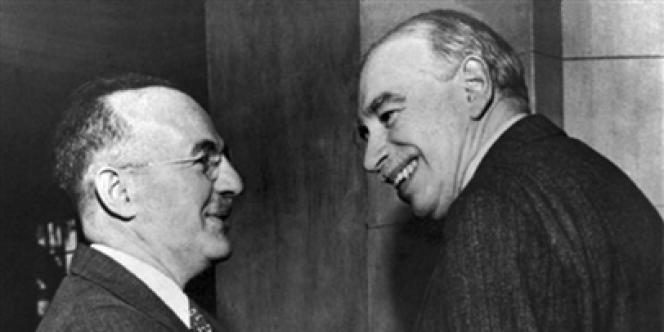 Harry Dexter White (à gauche) et John Maynard Keynes en 1946, le jour de l'inauguration officielle du Fonds monétaire international créé à Bretton Woods.