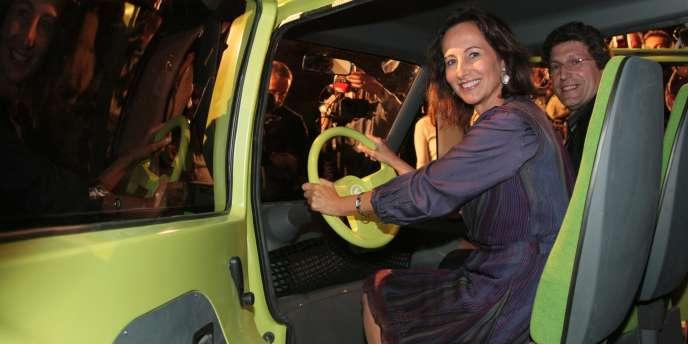 Ségolène Royal pose au volant d'un prototype de véhicule électrique, en octobre 2008, lors de la présentation de voitures