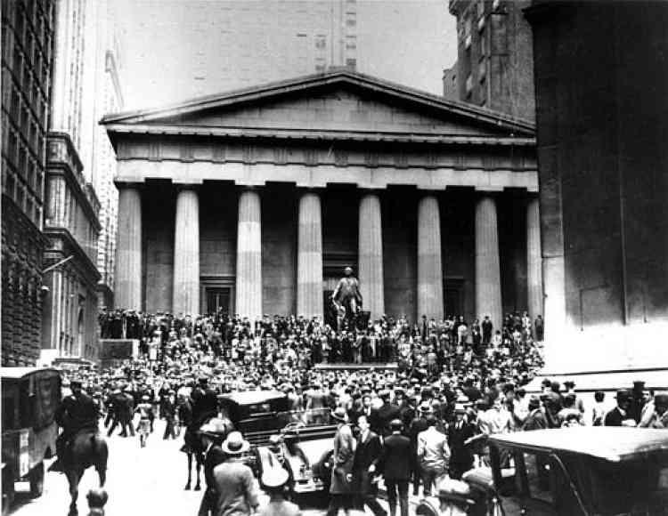La foule paniquée devant Wall Street, le 24 octobre 1929.