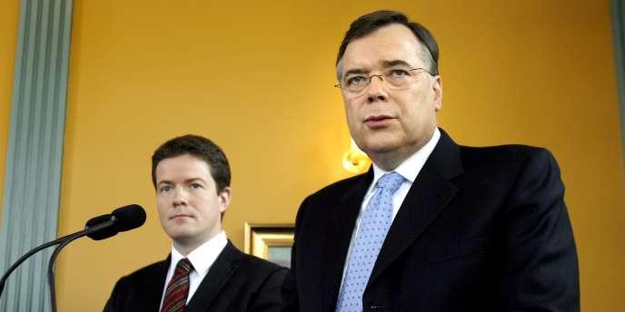 Le procureur spécial Olafur Thor Hauksson (à droite) va lancer les poursuites le 24 avril contre Heidar Mar Sigurdsson et huit autres anciens responsables de la banque - ici, en 2008.