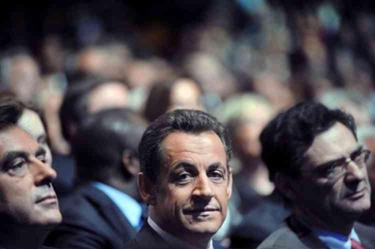 Nicolas Sarkozy, entouré par François Fillon.