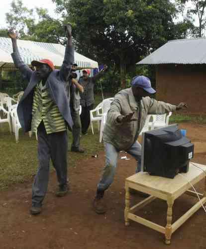 Au Kenya, pays dont le père du président élu américain était originaire, le président Mwai Kibaki a décrété jeudi journée fériée