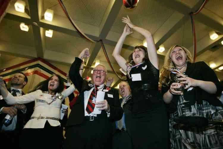 A l'ambassade américaine de Londres, des supporters réagissent après la victoire du candidat démocrate dans l'Ohio.