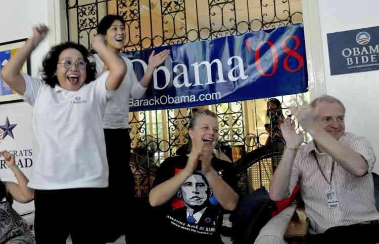 Des démocrates célèbrent la victoire de leur candidat à Manille.