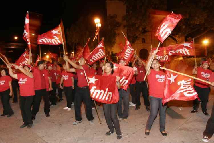 Des militants du Front Farabundo Marti de Libération Nationale réagissent après avoir apris la victoire d'Obama.