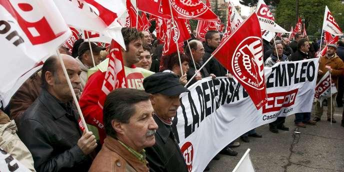 Des ouvriers Renault de l'usine de Valladolid en Espagne, manifestent contre les mesures de chômage partiel prévues par l'entreprise française en 2008.