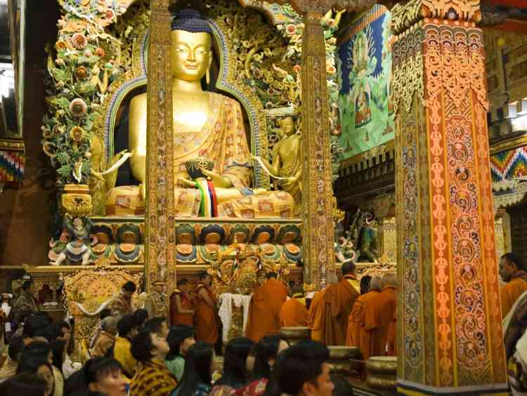 Le royaume himalayen du Bhoutan a couronné jeudi 6 novembre un souverain de 28 ans, Jigme Khesar Namgyel Wangchuck, diplômé d'Oxford.