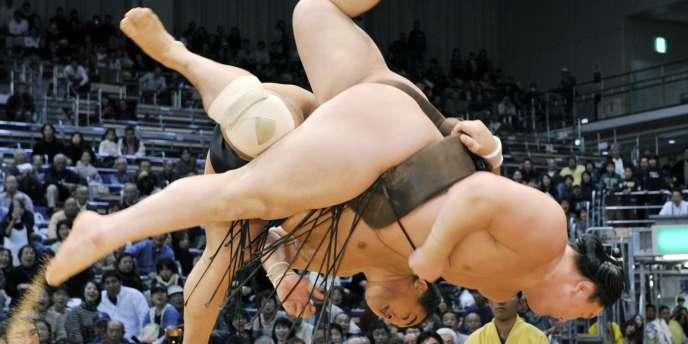 Les compétitions de sumo vont reprendre au Japon après les scandales de corruption.